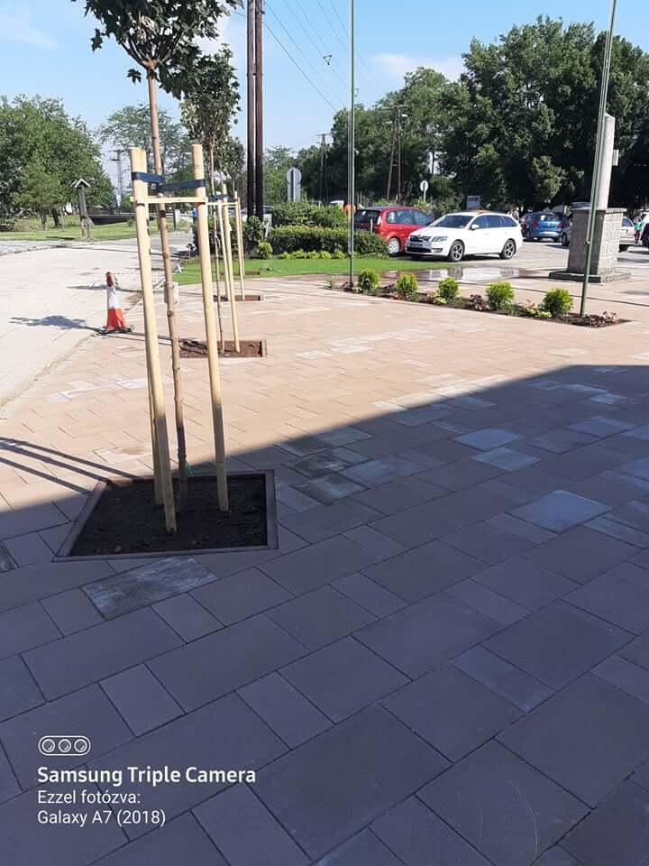 Megújult a Polgármesteri Hivatal előtti kis tér